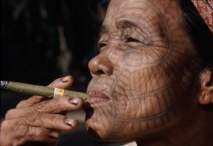 Cách cuốn xì gà bằng tay - người thổ dân tự cuốn xì gà
