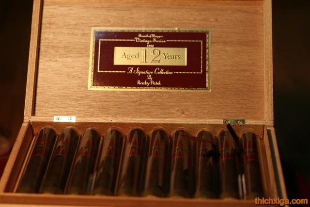 Phía trong hộp xì gà rocky patel