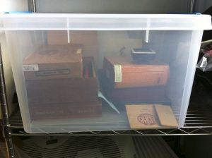 Cách đơn giản là bảo quản xì gà trong những hộp nhựa như thế này kèm với bộ tạo ẩm.