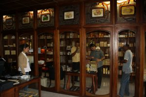 Các cửa hàng xì gà tại Cuba luôn đảm bảo độ ẩm để bảo quản xì gà trước khi bán ra ngoài