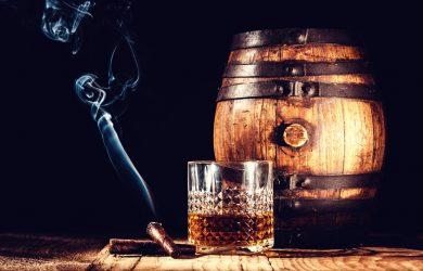 thưởng thức xì gà với whiskey