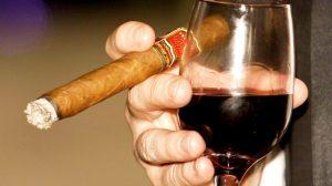 thưởng thức xì gà với rượu vang