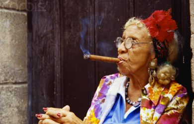 Người dân hút cigar cuba trên đường phố